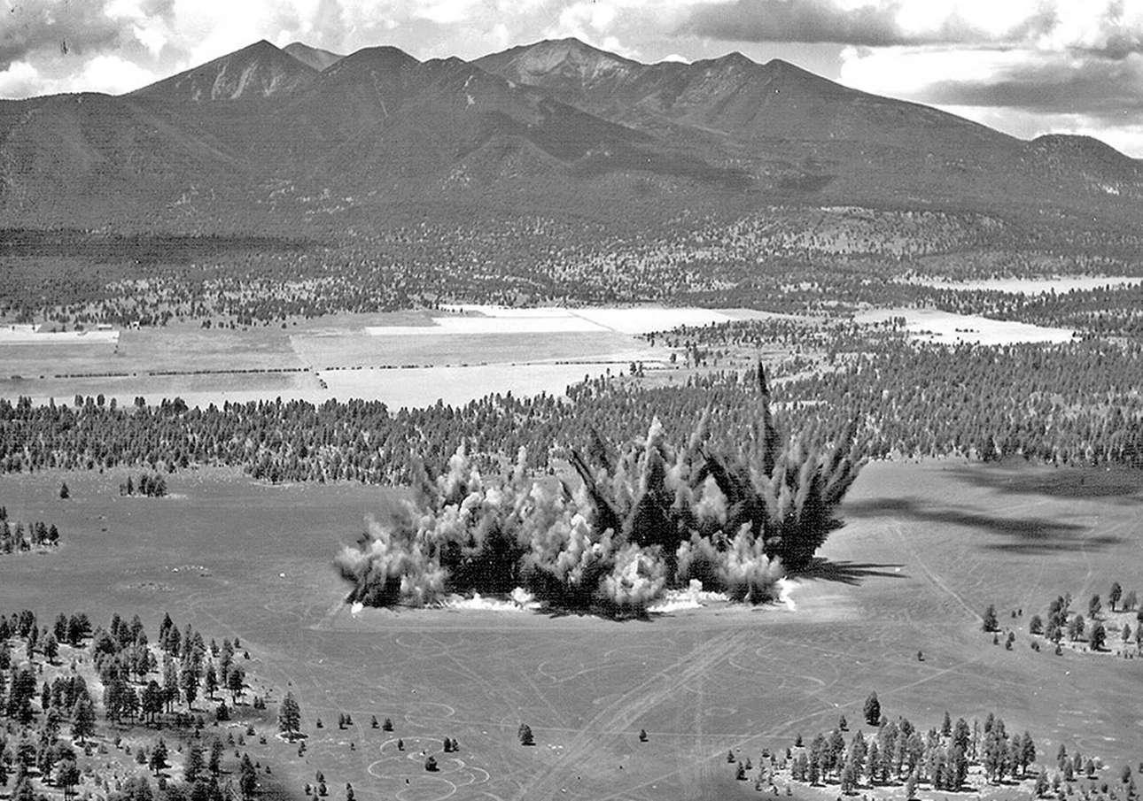 Μεγάλη έκρηξη δημιουργεί ένα κρατήρα σε περιοχή της Αριζόνα τον Ιούλιο του 1968. Ηταν ένας από τους συνολικά 354 κρατήρες που δημιουργήθηκαν με ελεγχόμενες εκρήξεις στην ίδια περιοχή έτσι ώστε οι αστροναύτες που θα πήγαιναν στην Σελήνη να εκπαιδεύονταν σε ένα περιβάλλον παρόμοιο με εκείνο που θα συναντούσαν