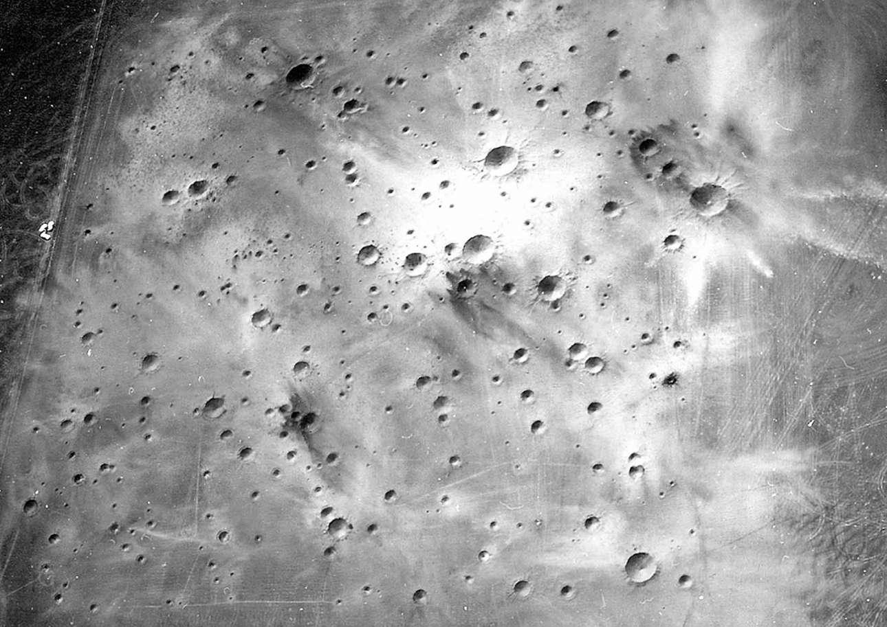 Η θέα από ψηλά της περιοχής στην Αριζόνα όπου δημιουργήθηκαν οι κρατήρες για να εκπαιδευτούν οι αστροναύτες. Η περιοχή ονομάστηκε Cinder Lake Crater Field