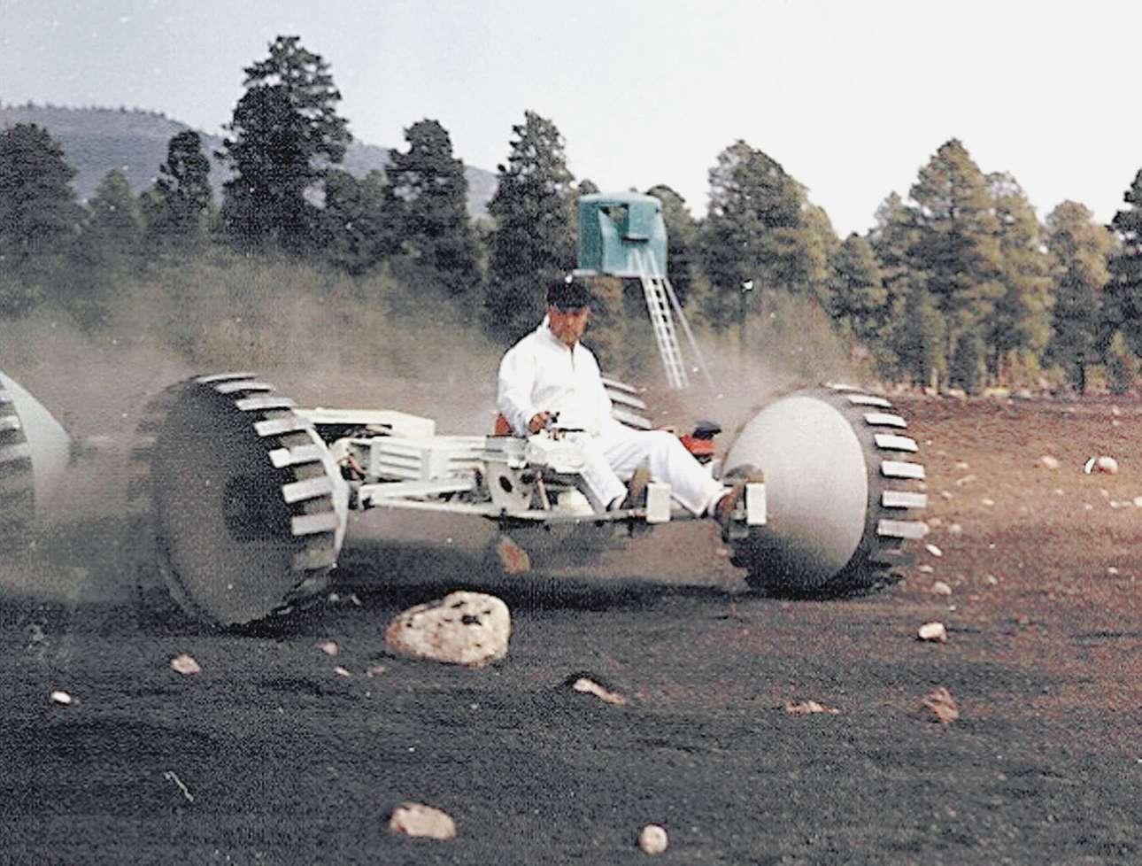 Ενας μηχανικός της Grumman Aircraft Engineering Corporation κάνει δοκιμές σε όχημα που κατασκεύασε η εταιρεία για να μετακινούνται οι αστροναύτες στην επιφάνεια της Σελήνης