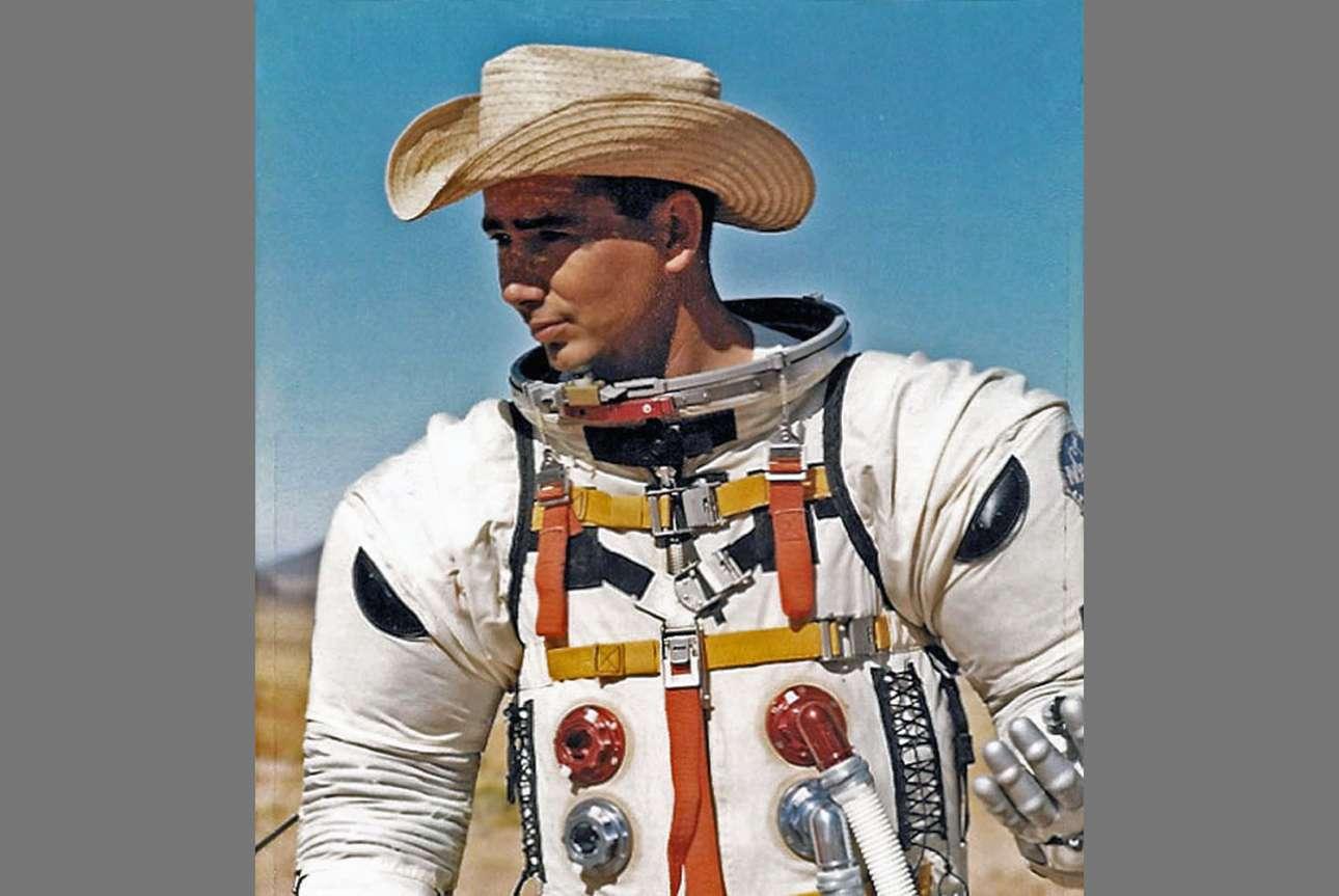 Ο γεωλόγος Τζο Ο Κόνορ της εθνικής υπηρεσίας γεωλογίας των ΗΠΑ δοκιμάζει στην περιοχή Hopi Buttes τον Μάϊο στα τέλη του 1965 τις στολές των αστροναυτών
