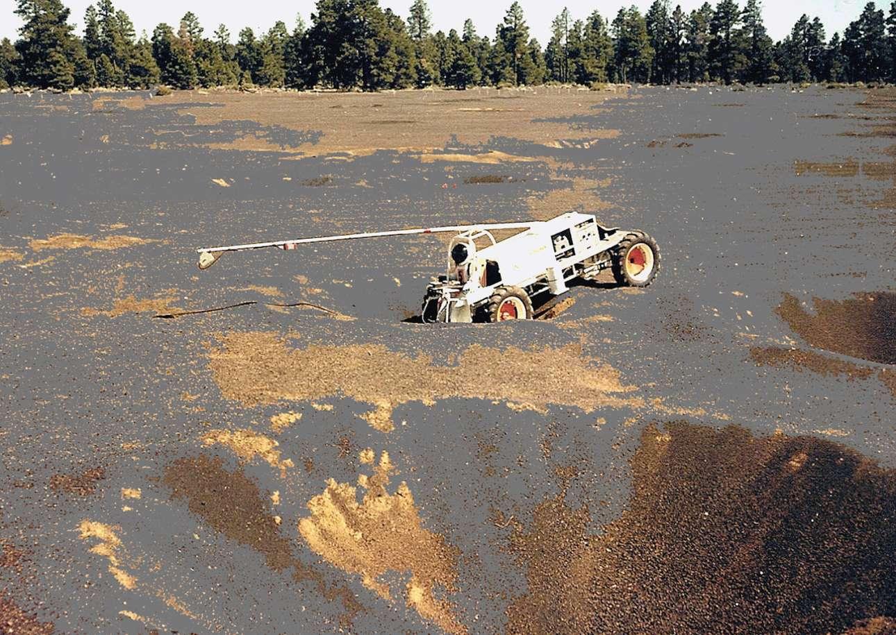 Το όχημα Explorer κινείται σε ένα κρατήρα στην περιοχή Cinder Lake Crater Field. Το όχημα κατασκευάστηκε από επιστήμονες του τμήματος αστρογεωλογίας της Εθνικής Γεωλογικής Υπηρεσίας των ΗΠΑ