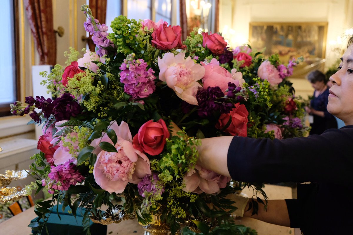 Ολα τα λουλούδια που στολίζουν το επίσημο δείπνο, πρέπει να είναι σε αποχρώσεις του ροζ