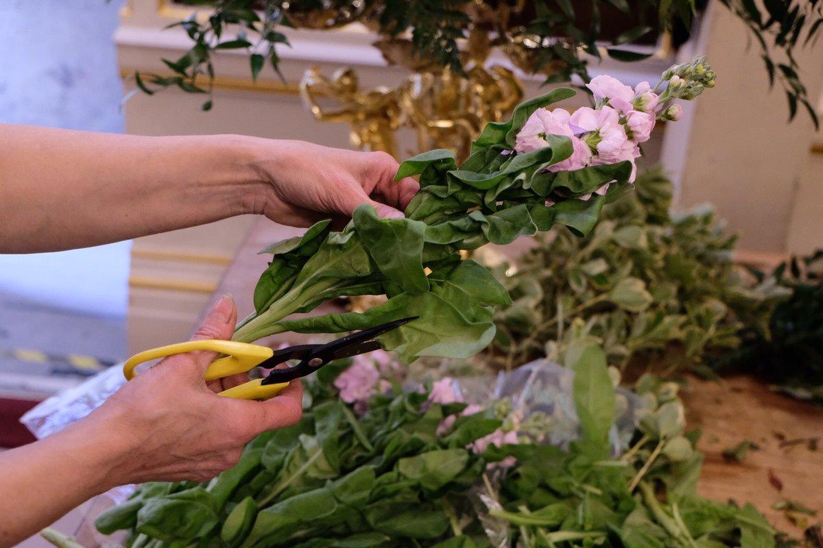 Η ειδική στα λουλούδια ετοιμάζει τα άνθη για το τραπέζι, που εγκρίνει η ίδια η βασίλισσα