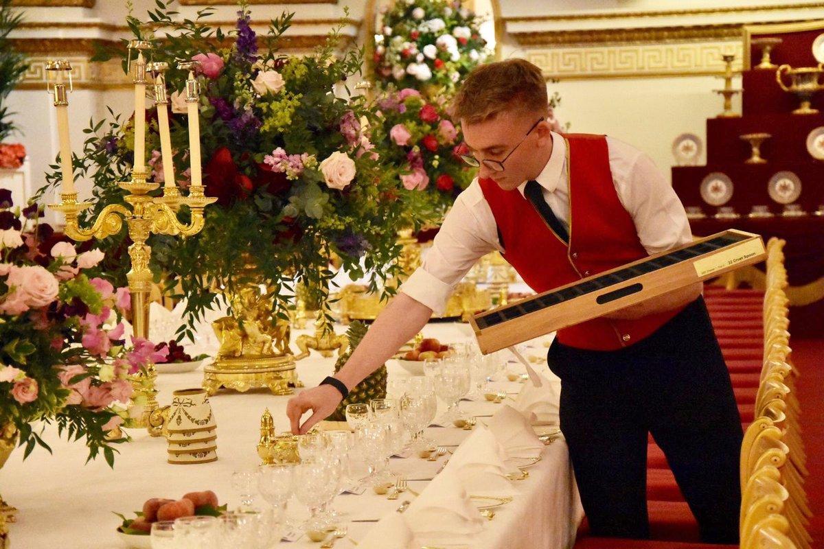 Εργαζόμενος στο παλάτι τοποθετεί κάποια από τα 2.000 μαχαιροπήρουνα που χρησιμοποιήθηκαν