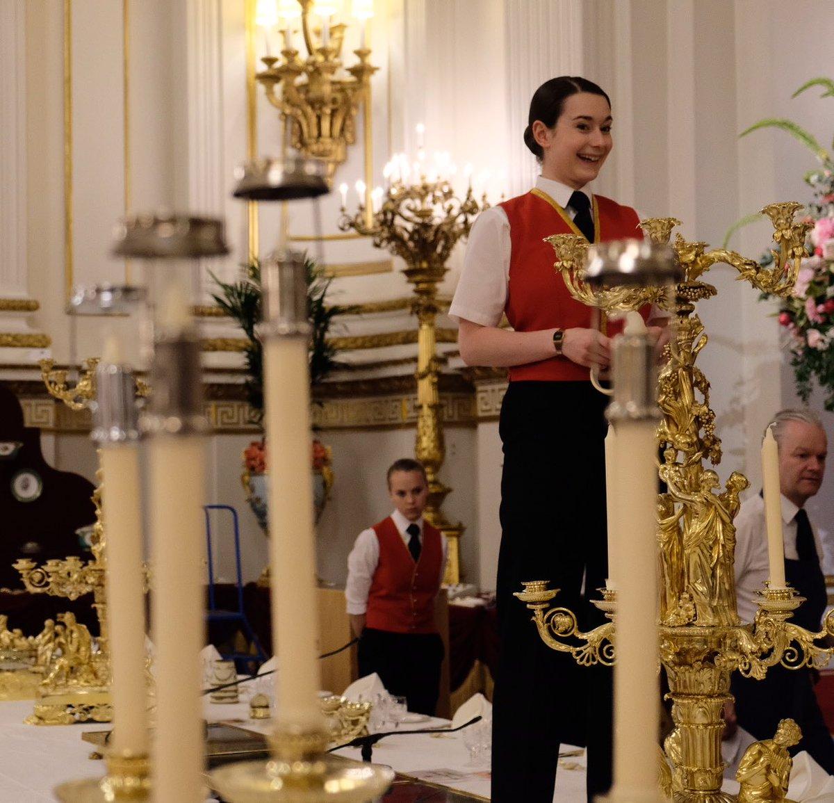 Το προσωπικό βάζει τις τελευταίες πινελιές πριν από την επιθεώρηση της βασίλισσας