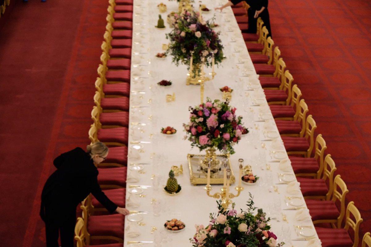 Μέλος του βασιλικού προσωπικού τοποθετεί τα πιάτα σε απόσταση ακριβώς 45 εκατοστών το ένα από το άλλο. Το σερβίτσιο είναι του 1806 και αποτελείται από 4.000 πιάτα όλων των μεγεθών