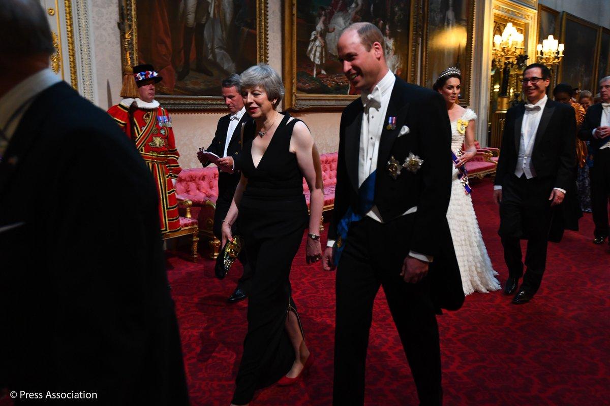 Η Τερέζα Μέι συνομιλεί χαμογελαστή με τον πρίγκιπα Γουίλιαμ