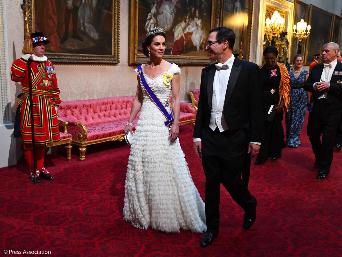 Η Κέιτ Μίντλετον, άλλως δούκισσα του Κέμπριτζ και ο αμερικανός υπουργός Οικονομικών, Στίβεν Μνούτσιν πλησιάζουν στην αίθουσα του δείπνου