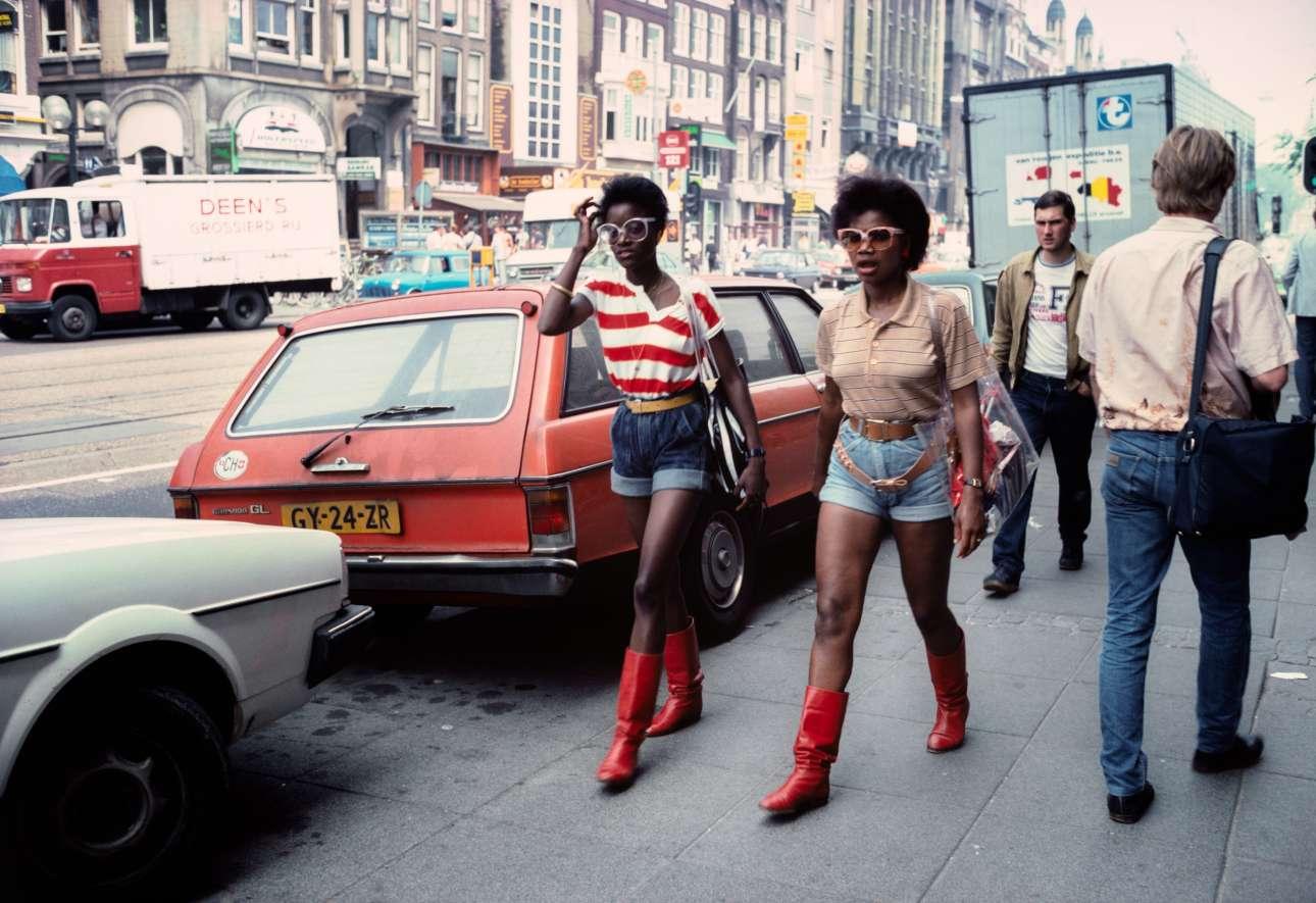 Αν και ο Βαν ντερ Ελκσεν ταξίδευε ανά τον κόσμο συχνά επέστρεφε στην Ολλανδία για να απαθανατίσει τη ζωή εκεί, όπως το παραπάνω στιγμιότυπο στο Αμστερνταμ, το 1983