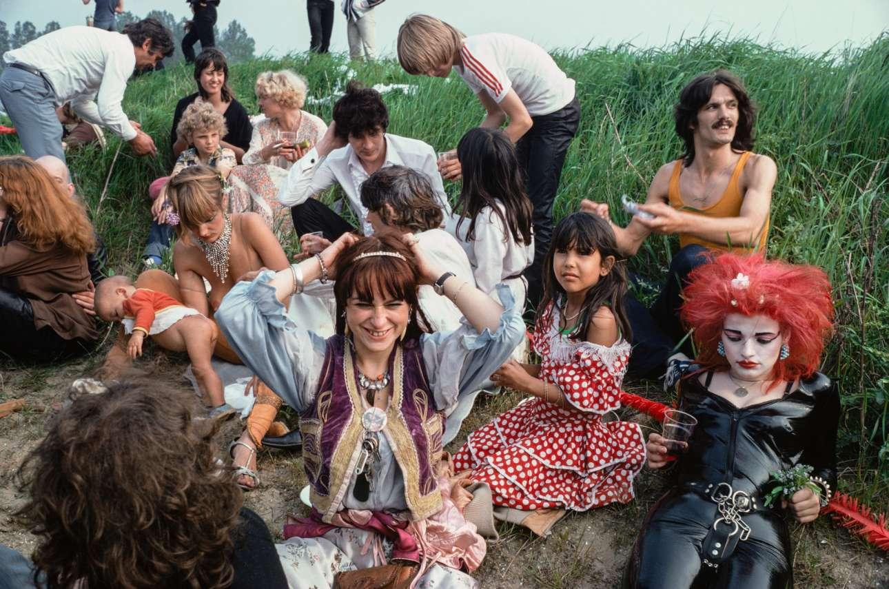 O Χέρμαν Μπρουντ και η Νίνα Χάγκεν ανάμεσα σε άλλους ηθοποιούς, στα γυρίσματα της ταινίας «Cha-Cha», στο χωριό Ruigoord το 1979