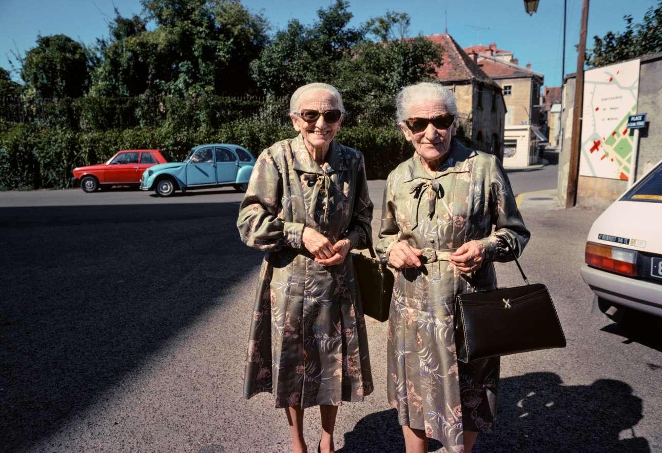 Δύο χαριτωμένες ηλικιωμένες κυρίες ποζάρουν στον φακό του Βαν ντερ Ελσκεν, στη Βουργουνδία της Γαλλίας, το 1980