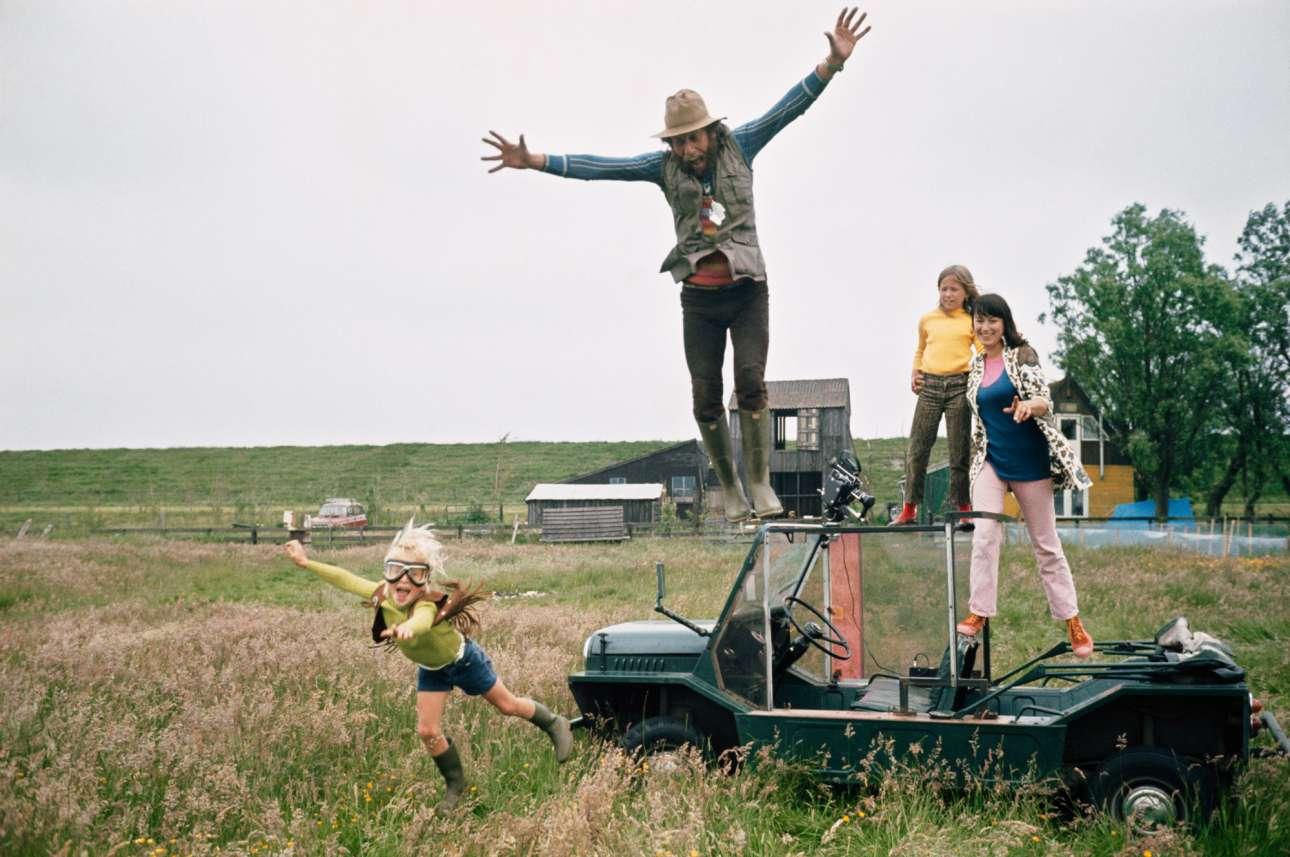 Ο Εντ βαν ντερ Ελσκεν πηδάει χαρούμενος από το όχημά του, κατά τη διάρκεια των γυρισμάτων για την ταινία του «De verliefde camera», στο Ενταμ το 1970. Ο ολλανδός φωτογράφος είχε δημιουργήσει σχεδόν 50 ταινίες και 22 φωτογραφικά λευκώματα, προτού πεθάνει το 1990 από καρκίνο του προστάτη