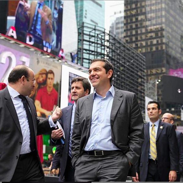 Σεπτέμβριος 2018. Ανέμελη βόλτα στην Τάιμς Σκουέαρ. Πίσω του ο Γιώργος Χουλιαράκης που ως αν. υπουργός Οικονομικών ήδη ετοίμαζε το επόμενο βήμα του, μια καριέρα πανεπιστημιακού στις ΗΠΑ