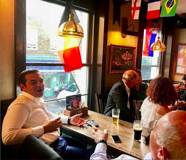 Ιούλιος 2018. Ζωάρα στο Λονδίνο. Γράφει ο Αλ. Τσίπρας στον λογαριασμό του στο Instagram: Σε παμπ στο Λονδίνο, μετά την ολοκλήρωση της Συνόδου των Δυτικών Βαλκανίων, για το ματς της Γαλλίας με το Βέλγιο