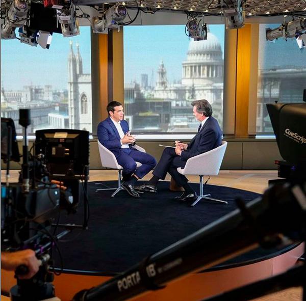 Ιούνιος 2018. Ο Αλέξης Τσίπρας δίνει συνέντευξη στο Bloomberg. O κοσμος προσέχει την πεσμενη του κάλτσα. Σε φωτογραφίες που θα δημοσιευτούν αργότερα, κάποιος θα φροντίσει να τις «ανεβάσει» ψηφιακά