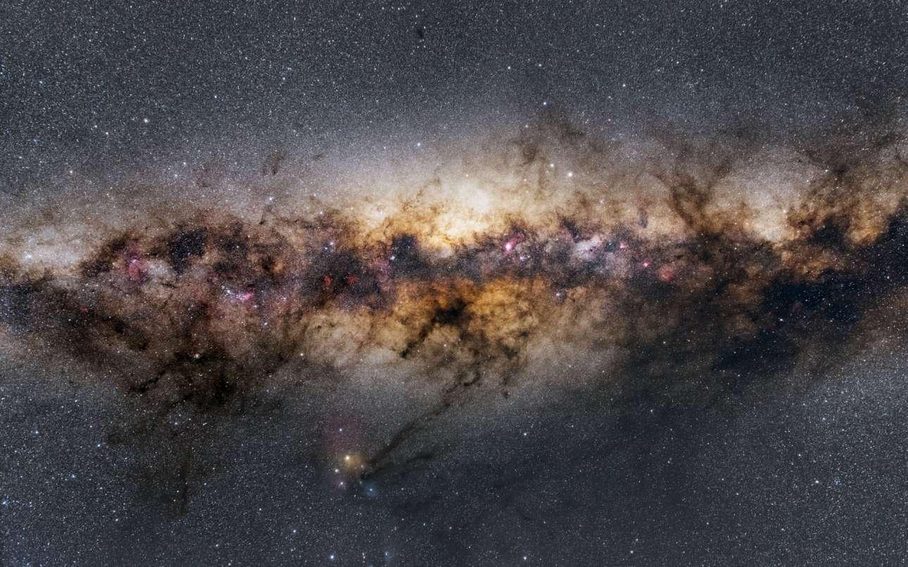 Μια εικόνα της καρδιάς του γαλαξία μας όπως φωτογραφήθηκε σε μια περιοχή της Ναμίμπια. Εμφανίζεται μια περιοχή γεμάτη άστρα, αέρια και κοσμική σκόνη