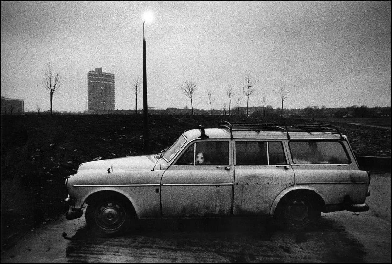 Ενα πολύ ατμοσφαιρικό καρέ: σκύλος περιμένει στο αυτοκίνητο, στο Γουέμπλεϊ του Λονδίνου, το 1979