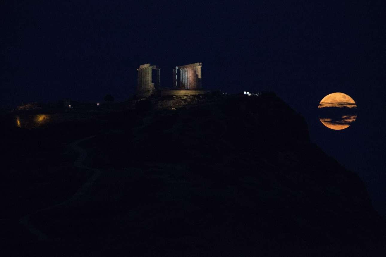 Νύχτα Δευτέρας. Ο φωτισμός των αρχαιοτήτων και η αραιή νέφωση προσφέρει στο σκηνικό κάτι το μοναδικό
