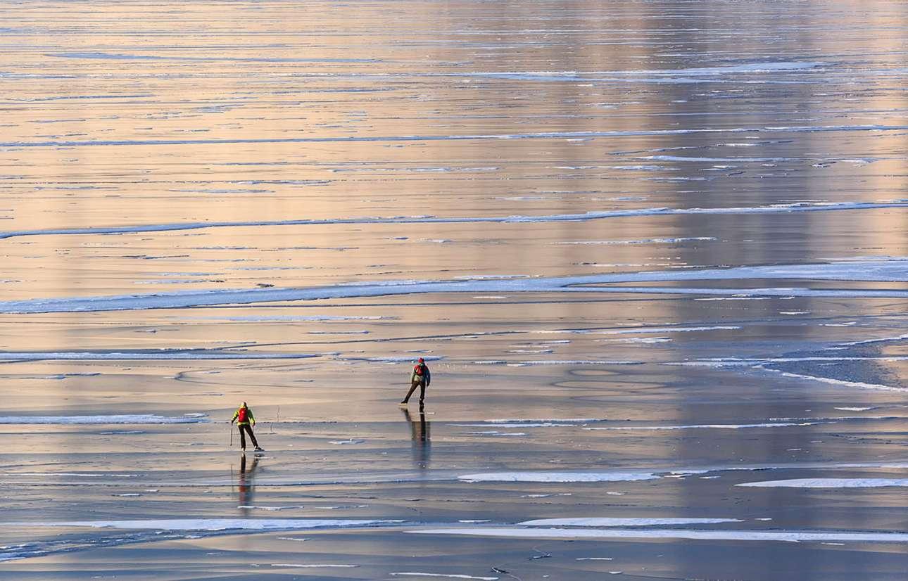 Διασχίζοντας τη λίμνη με παγοπέδιλα