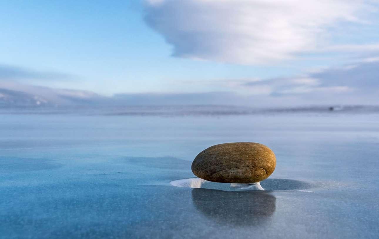 Το παραπάνω φαινόμενο με τις πέτρες που μοιάζουν σαν να αιωρούνται συμβαίνει συχνά. Οι αδυσώπητοι άνεμοι που επικρατούν στην περιοχή σμιλεύουν τον πάγο, δημιουργώντας κοιλώματα, αλλά και βάσεις κάτω από τις πέτρες