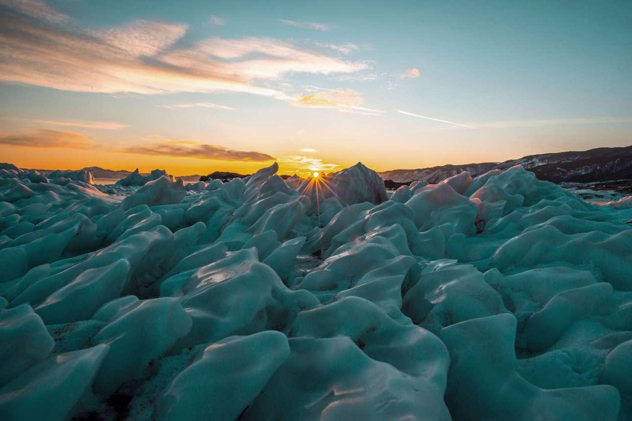 Ασυνήθιστοι σχηματισμοί από πάγο στην όχθη της λίμνης