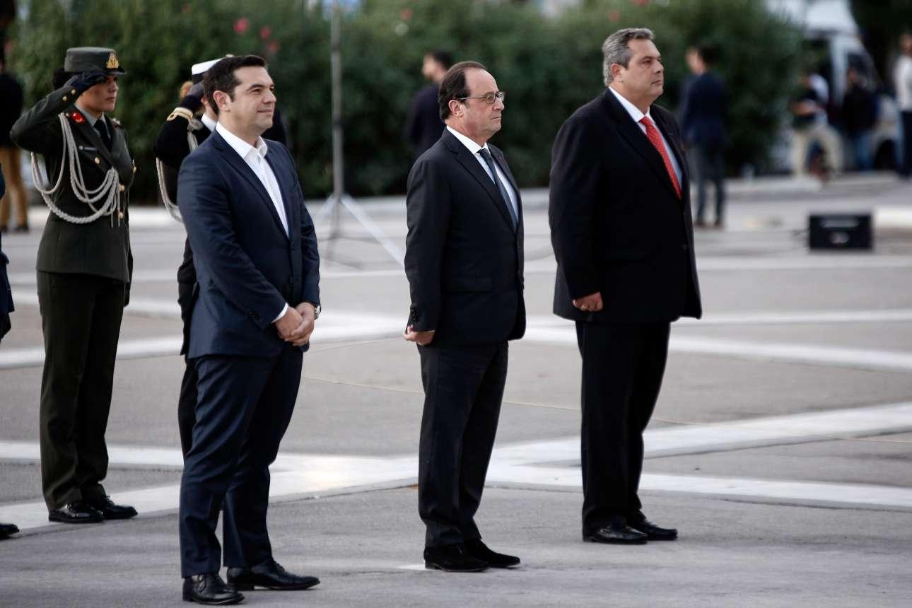 Οκτώβριος 2015. Στο μνημείο του Αγνωστου Στρατιώτη κατά την ανάκρουση των εθνικών ύμνων της Γαλλίας και της Ελλάδας. Ο Αλέξης Τσίπρας, φυσικά χωρίς γραβάτα αλλά και αδυνατώντας να δείξει έναν κάποιο σεβασμό στη στιγμή και στον επίσημο καλεσμένο του, Φρανσουά Ολάντ, δεν βρίσκεται σε στάση προσοχής
