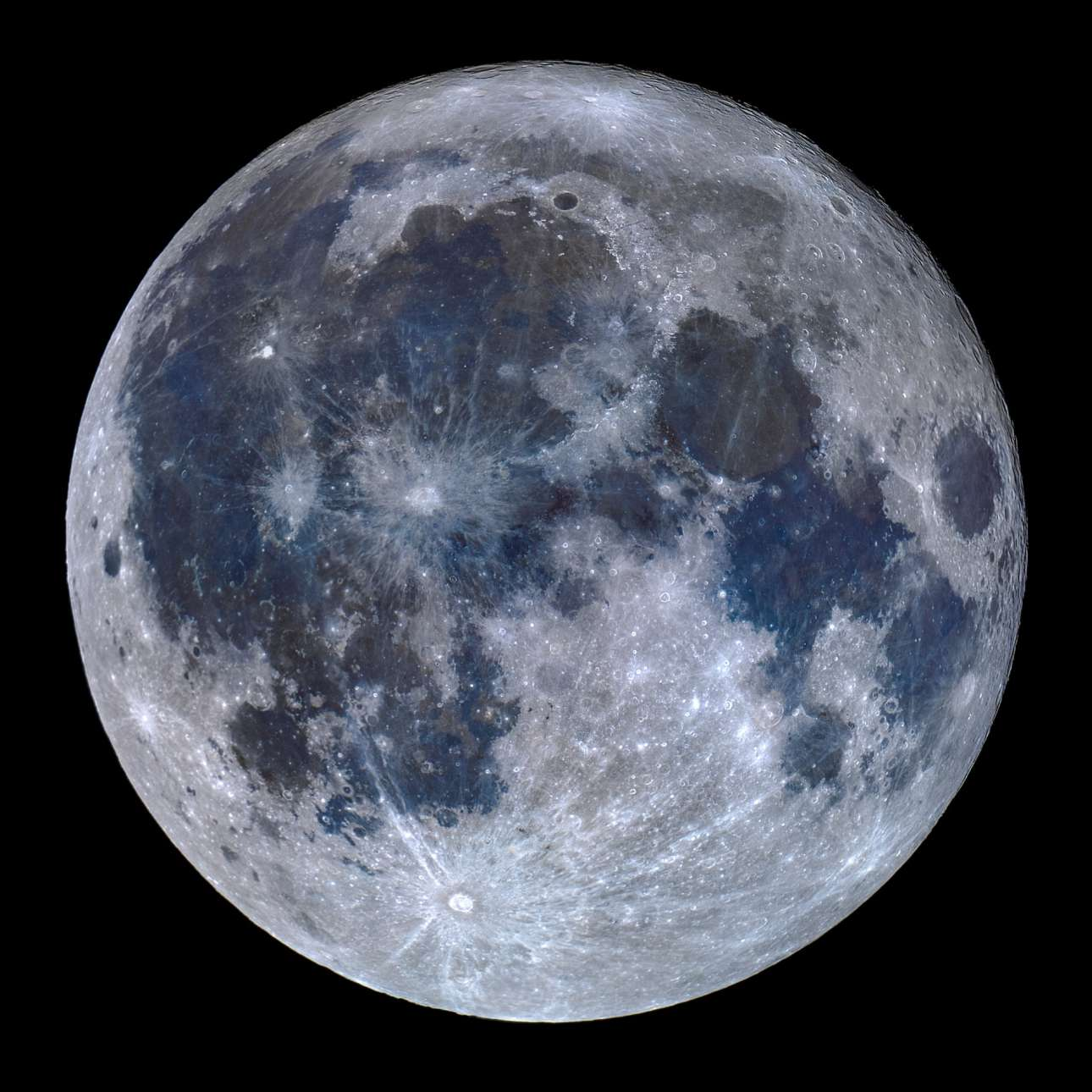 O Μιγκέλ Κλάρο από την Πορτογαλία κατέγραψε μια εντυπωσιακή εικόνα της επιφάνειας της Σελήνης ενισχύοντας λίγο τα χρώματα της ώστε να αποτυπωθεί με την μεγαλύτερη δυνατή ακρίβεια η πραγματική της όψη. Οι διαφορές στην χημική σύνθεση της επιφάνειας του φυσικού μας δορυφόρου και οι μεταβολές στα μεταλλικά της στοιχεία παράγουν χρωματικές  διαφοροποιήσεις στο αντανακλώμενο φως της. Οι γαλάζια απόχρωση σε διάφορες περιοχές υποδεικνύουν την έντονη παρουσία τιτανίου εκεί