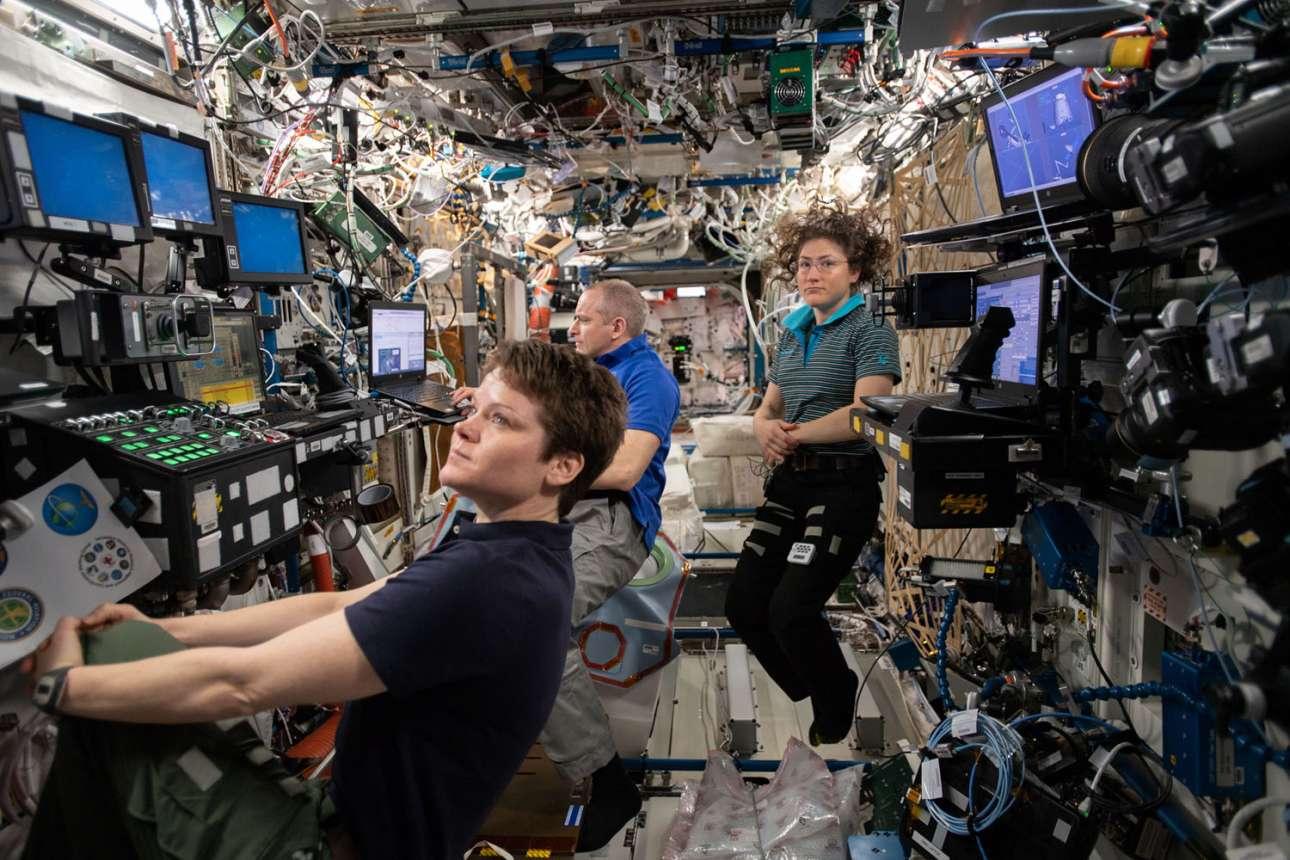 29 Απριλίου 2019. Οι μηχανικοί της πτήσης Expedition 59, η Ανν Μακ Κλεν, ο Δαβίδ Σαν – Ζακ και Κριστίνα Κοχ, συγκεντρώνονται στο εργαστήριο Destiny που βρίσκεται στον Διεθνή Διαστημικό Σταθμό