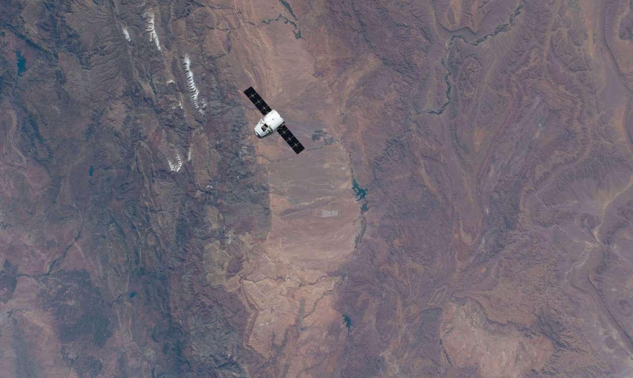 6 Μάιου 2019. Το SpaceX Dragon πλησιάζει τον Διεθνή Διαστημικό Σταθμό πάνω από το Μαρόκο