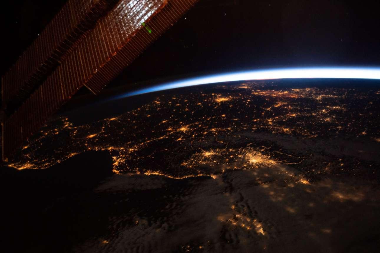 13 Μαΐου 2019. Νυχτερινή θέα σε πλάγια όψη από τη δυτική ευρώπη και τις φωτεινές ακτές της Ισπανίας, της Γαλλίας και της Ιταλίας, κατά τη διάρκεια περιστροφής του διαστημικού σταθμού και σε απόσταση 412 χιλιομέτρων πάνω από τη Μεσόγειο Θάλασσα