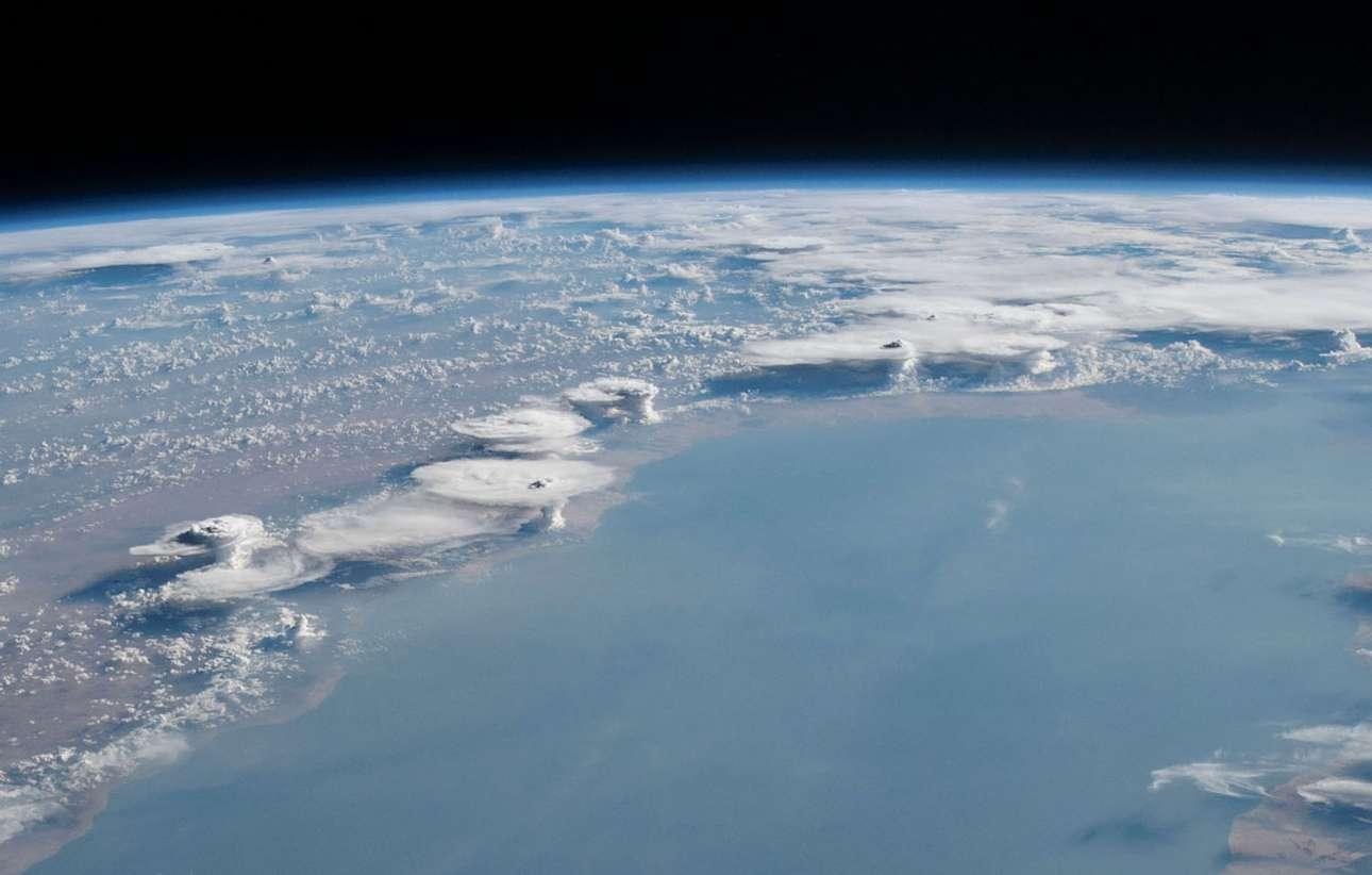23 Μαΐου 2019. Σχηματισμοί από σύννεφα κατά μήκος της ακτής της Σομαλίας, στο σημείο που συναντά τον Κόλπο του Αντεν
