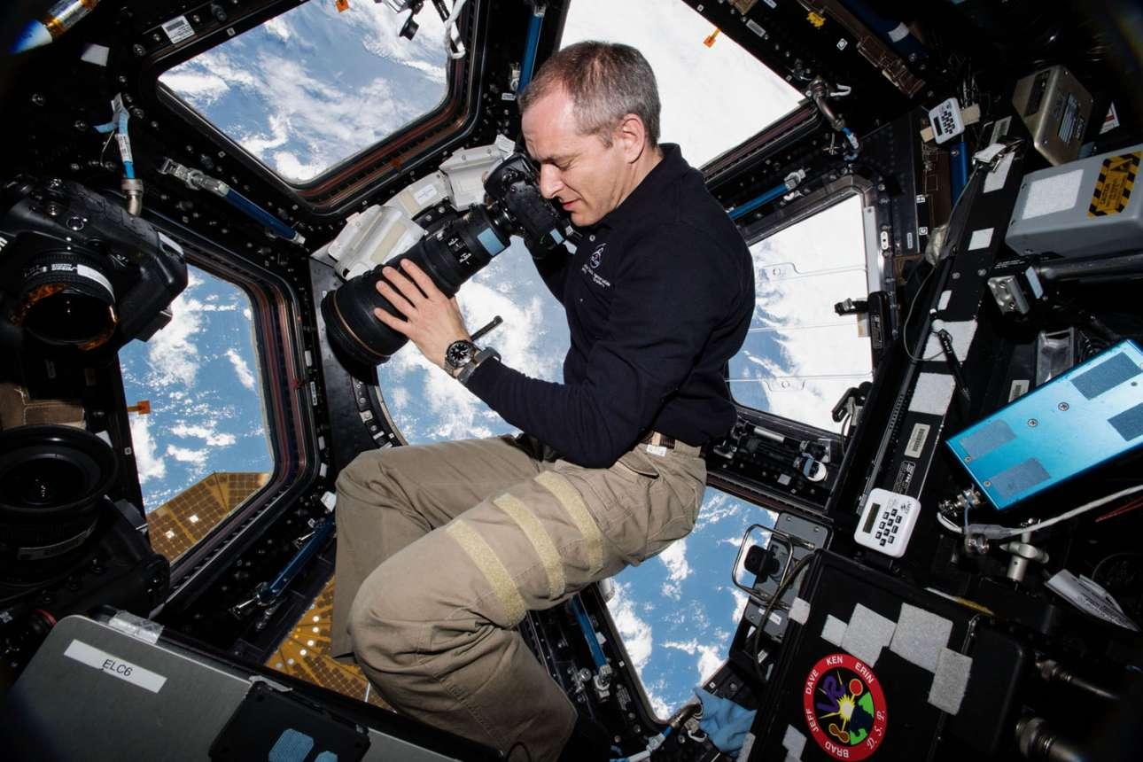 15 Ιανουαρίου 2019. Ο καναδός αστροναύτης Δαβίδ Σαν – Ζακ τραβάει φωτογραφίες της γης από το εσωτερικό του Διεθνούς Διαστημικού Σταθμού και συγκεκριμένα από το ειδικά διαμορφωμένο σημείο που ονομάζεται «παράθυρο στον κόσμο»