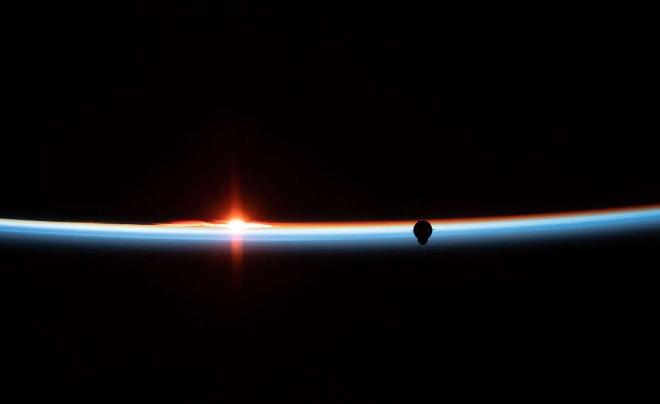 Το μη επανδρωμένο SpaceX Crew «αντικρίζει» τον ορίζοντα της γης, κατά τη διάρκεια της Demo-1, της πρώτης πτήσης του προγράμματος εμπορικού πληρώματος της NASA