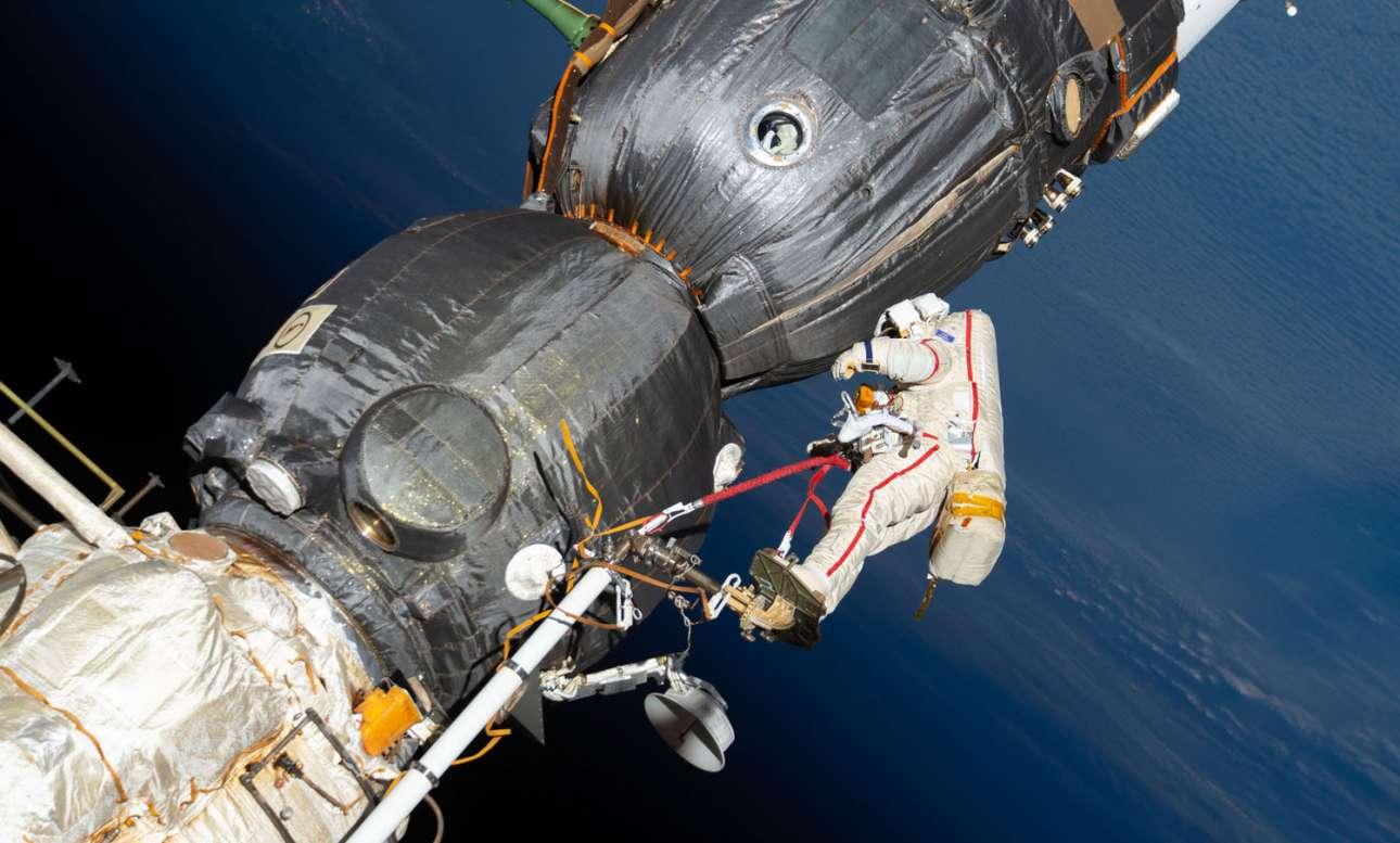 11 Δεκεμβρίου 2018. Ο ρώσος κοσμοναύτης Ολέγκ Κονονέγκο, ελέγχει το διαστημόπλοιο Soyuz MS-09 έξω από τον Διεθνή Διαστημικό Σταθμό