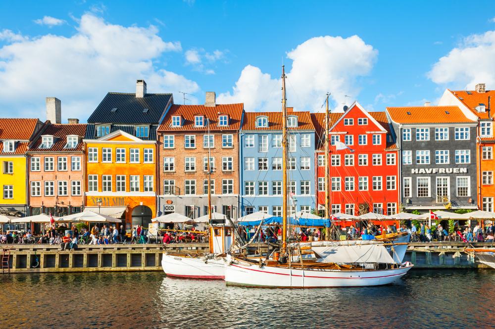 Πολύχρωμα κτίρια στη σειρά στην Κοπεγχάγη, στην ιστορική καρδιά της πόλης, μπροστά από το κανάλι του ΝιχάβενΝίχαβν