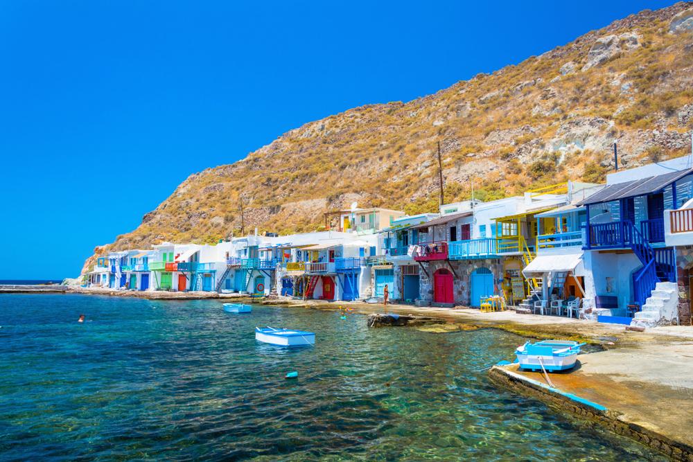 Από τα πιο πολυφωτογραφημένα μέρη της Ελλάδας, το ψαροχώρι Κλήμα της Μήλου με τα πολύχρωμα δίπατα σπίτια, γνωστά ως «σύρματα»