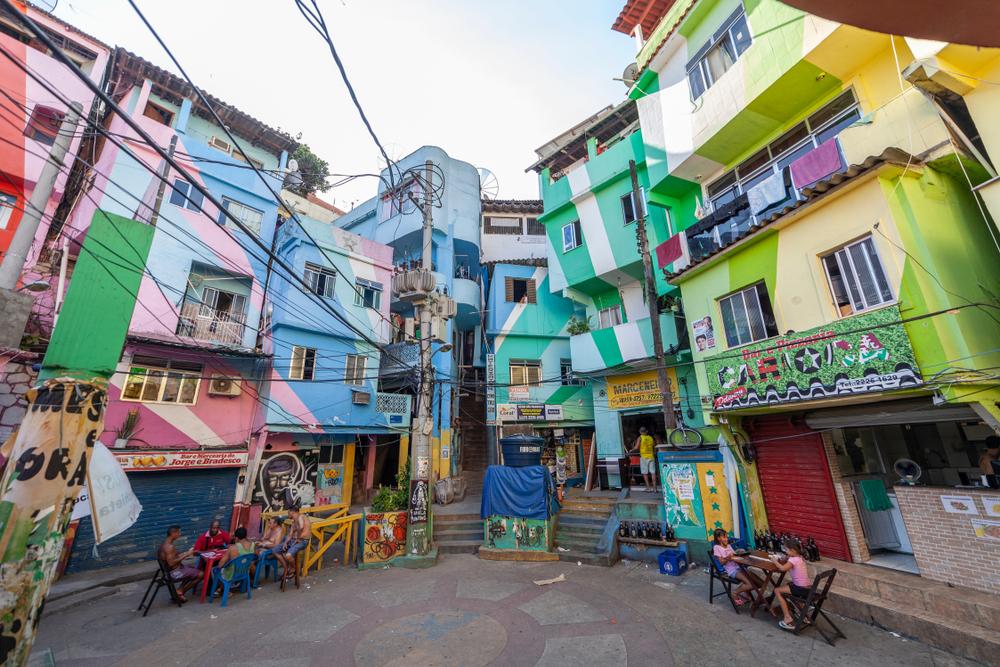 Οι φαβέλες του Ρίο στη Βραζιλία είναι διαβόητες για την εγκληματικότητα και την ανομία, ωστόσο κάποιες από αυτές έχουν μεταμορφωθεί χάρη στη συμβολή καλλιτεχνών, όπως η εικονιζόμενη φαβέλα της Σάντα Μάρτα