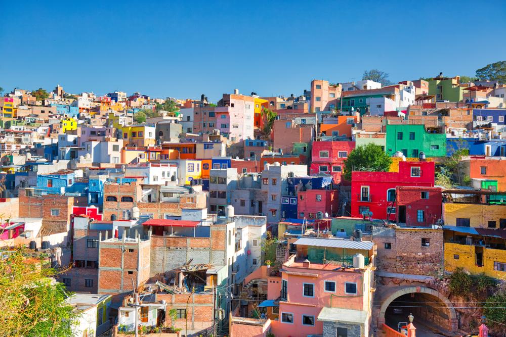 Το Γκουαναχουάτο θεωρείται η πιο όμορφη πόλη του Μεξικού και όχι αδίκως. Τα μικρά σπιτάκια βαμμένα σε όλες τις αποχρώσεις του ουράνιου τόξου και τα στενά σοκάκια του συνθέτουν ένα μαγικό σκηνικό