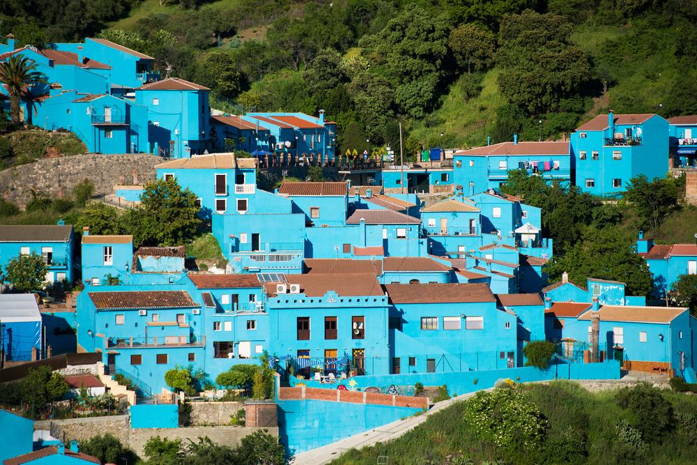 Το μικροσκοπικό χωριό Júzcar, κοντά στη Μάλαγα της Ισπανίας, βάφτηκε μπλε το 2011 για την προώθηση της πρεμιέρας της ταινίας «Τα Στρουμφάκια». Τους επομένους μήνες η τουριστική κίνηση αυξήθηκε κατακόρυφα και οι κάτοικοι του χωριού αποφάσισαν να κρατήσουν το μπλε χρώμα, με αποτέλεσμα το Júzcar να γίνει γνωστό ως «το πρώτο στρουμφοχωριό στον κόσμο»