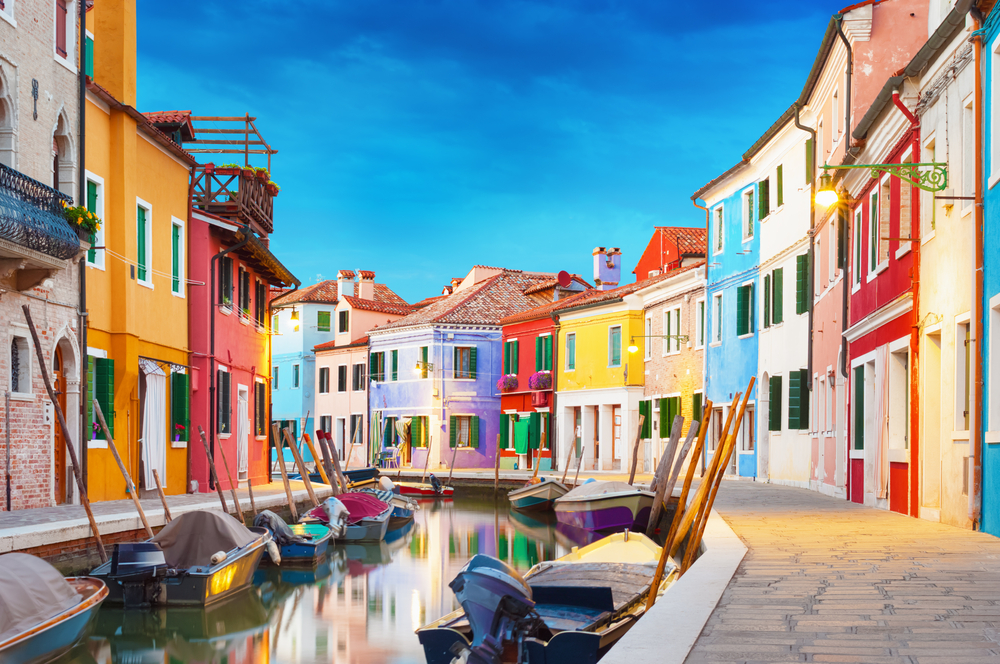 Το γραφικό ψαρονήσι Μπουράνο στην Ιταλία, φημισμένο για τις δαντέλες του, μοιάζει με παιδική ζωγραφιά
