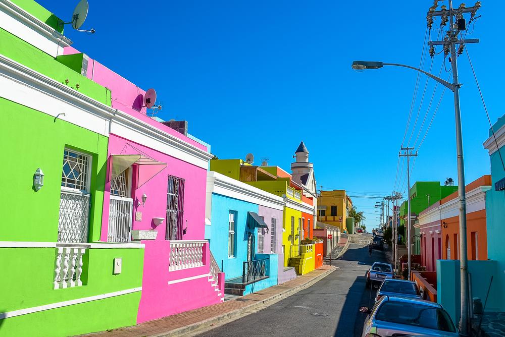 Η γειτονιά Μπο Κάαπ στο Κέιπ Τάουν έχει γίνει γνωστή για τα έντονα βαμμένα σπίτια της
