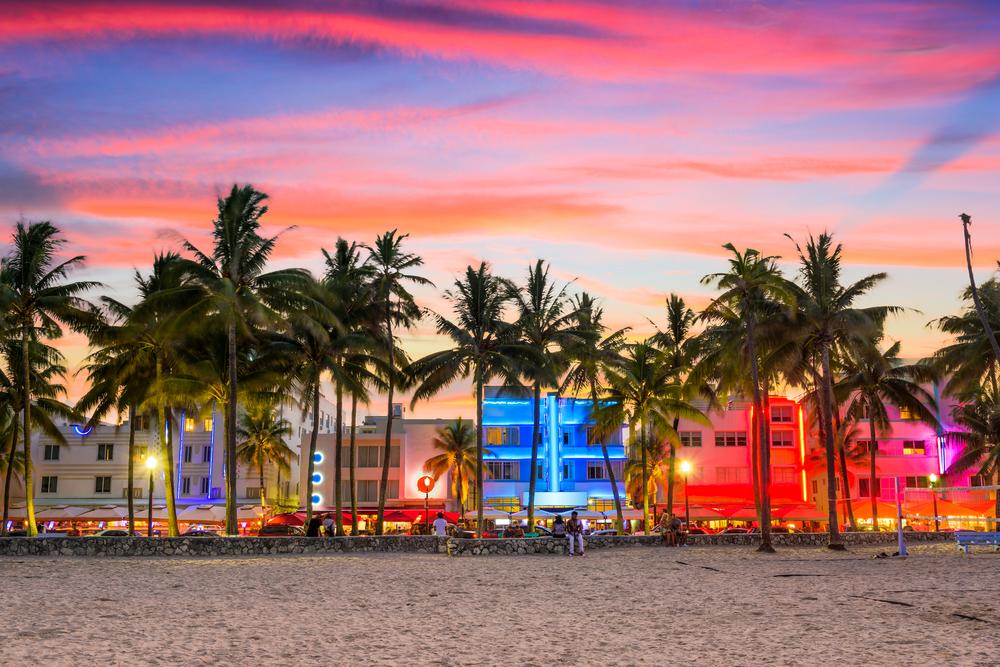 Από τους πιο διαχρονικούς τουριστικούς προορισμούς, το Μαϊάμι φημίζεται κυρίως για την περιοχή Σάουθ Μπιτς με τα αρτ ντεκό κτίρια και την έντονη νυχτερινή ζωή, λίγα μέτρα από την παραλία
