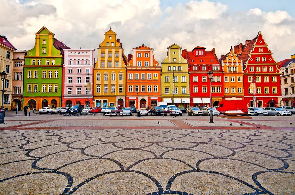 Γοτθικά χρωματιστά κτίρια, πολλά εκ των οποίων χρονολογούνται στον 16ο αιώνα, διακοσμούν την κεντρική πλατεία Rynek στο παραμυθένιο Βρότσλαβ