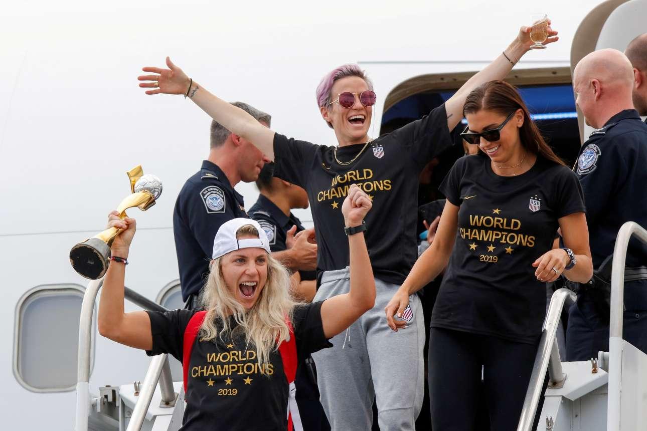 Οι παίκτριες της γυναικείας ομάδας ποδοσφαίρου των ΗΠΑ επιστρέφουν ενθουσιασμένες στην πατρίδα τους με το τρόπαιο ανά χείρας. Στον τελικό του Παγκοσμίου Κυπέλλου επικράτησαν με 2-0 της Ολλανδίας