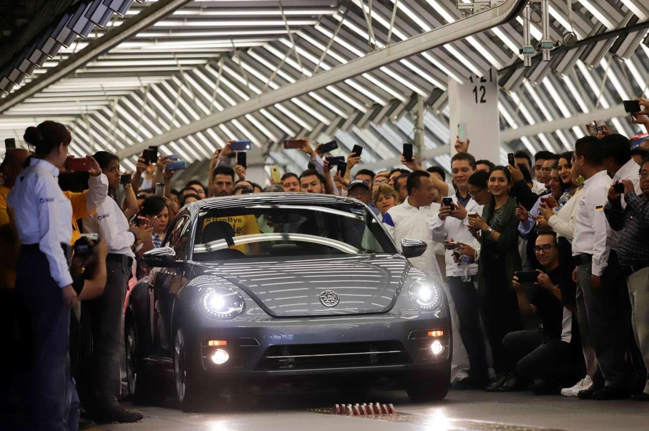 Τελευταίο χειροκρότημα για ένα θρυλικό όχημα. Το τελευταίο «κατσαριδάκι» της Volkswagen βγήκε από το εργοστάσιο της εταιρείας στην Πουέμπλα του Μεξικού, υπό τους ήχους μιας μπάντας μαριάτσι, καταχειροκροτούμενο από τους εργάτες, ενώ όλες οι κάμερες είχαν στραφεί επάνω του