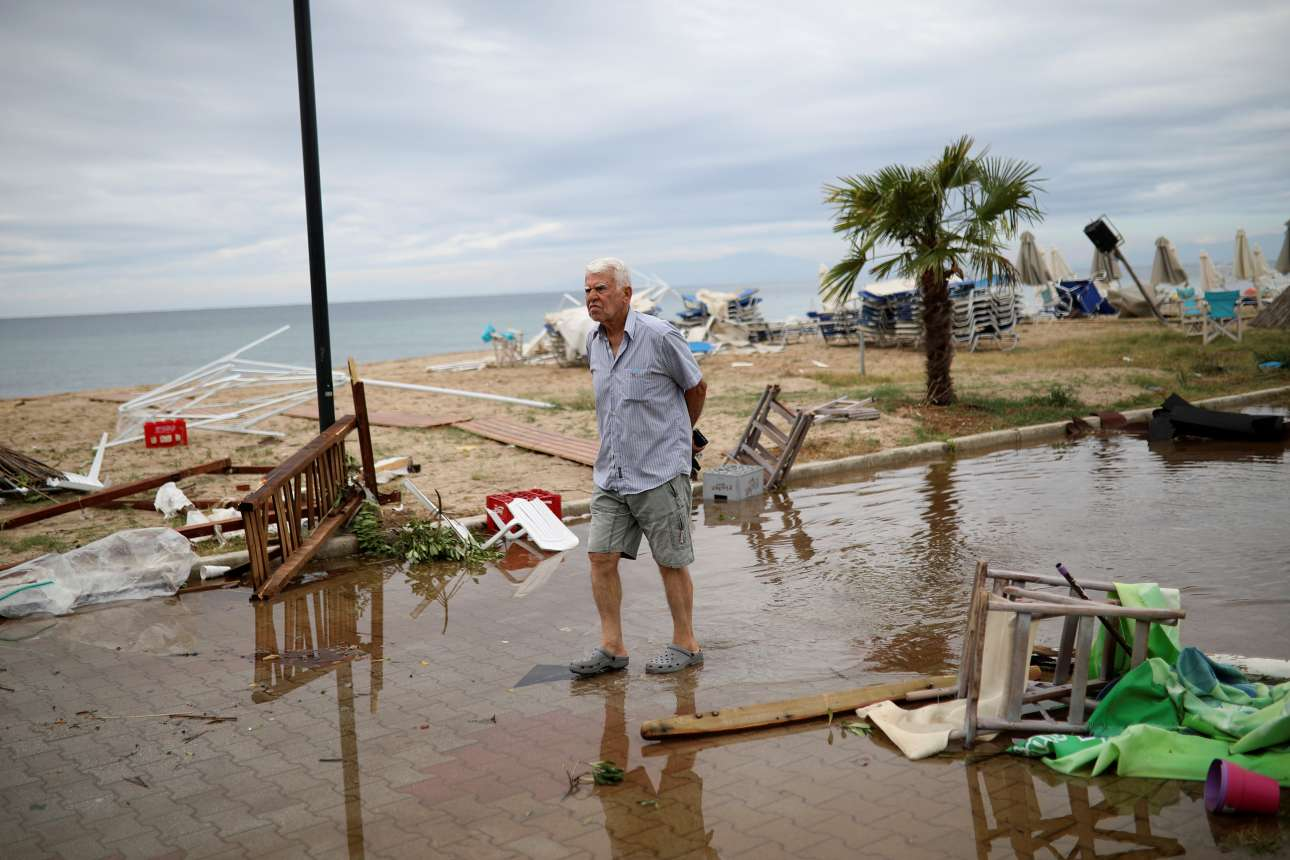Πρωί στα Νέα Πλάγια, ένας κάτοικος βαδίζει μέσα στην καταστροφή