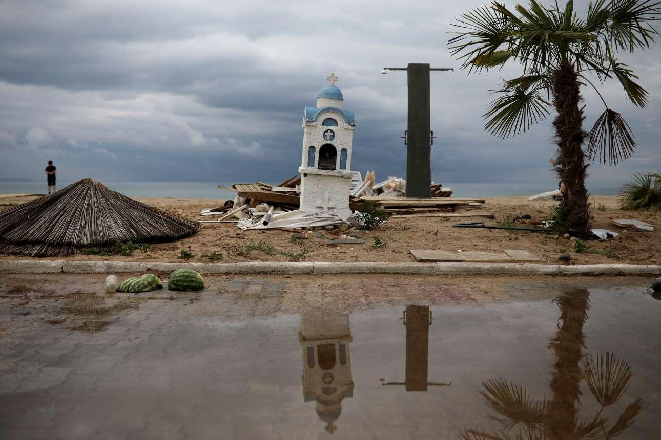 Οι ισχυροί άνεμοι παρέσυραν ό,τι βρήκαν στο πέρασμά τους και προκάλεσαν ζημιές ακόμα και σε ένα εικονοστάσι στα Νέα Πλάγια