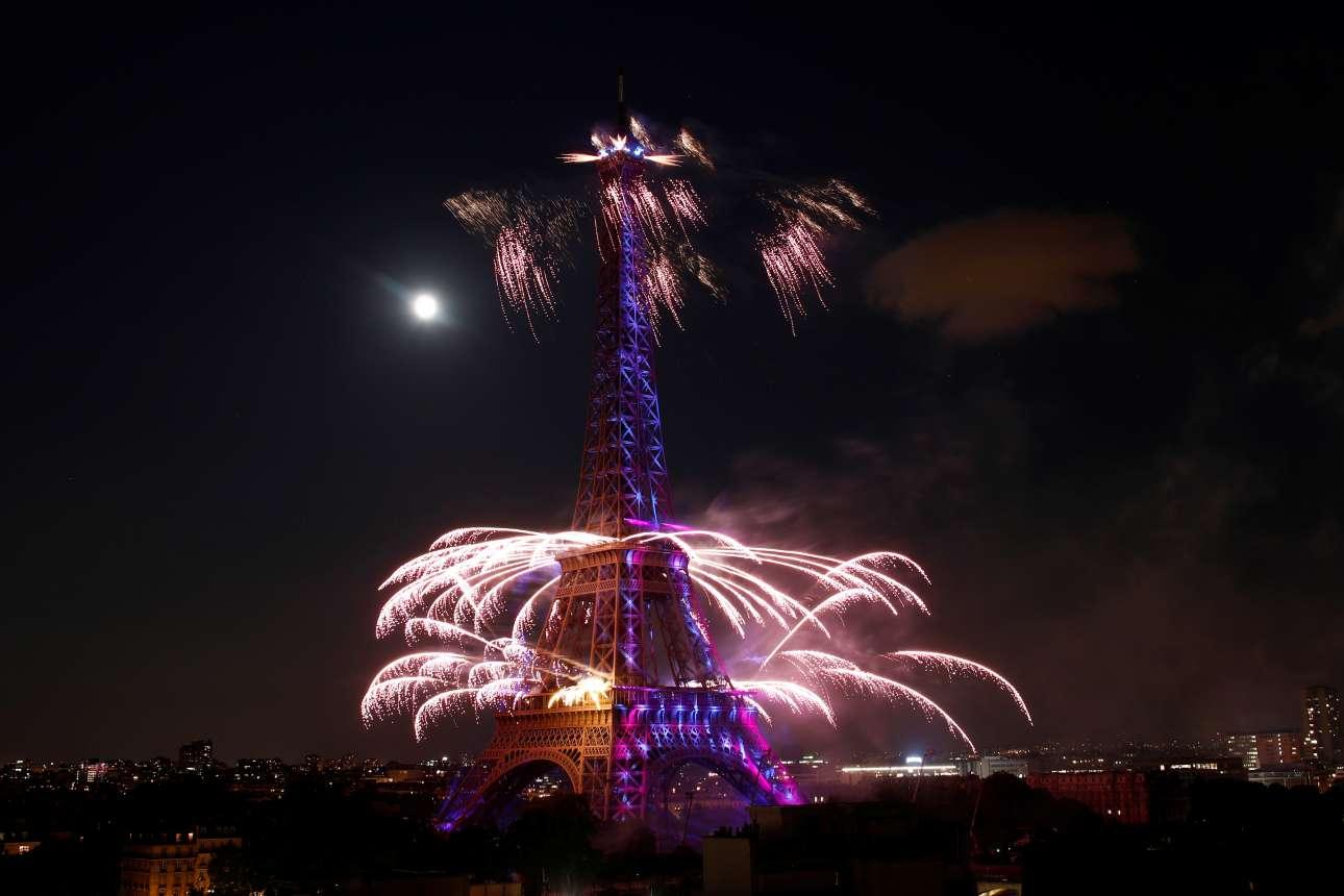 Την «Ημέρα της Βαστίλλης», στις 14 Ιουλίου,  άστραψε ο παριζιάνικος ουρανός από πυροτεχνήματα και ο Πύργος του Αϊφελ πήρε χρώμα