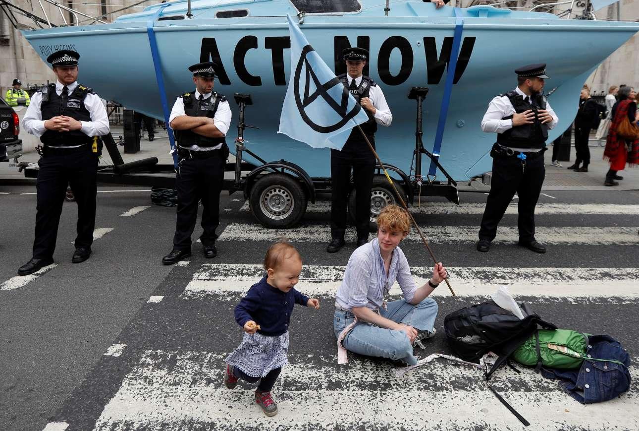 Εναλλακτική οικολογική διαμαρτυρία έξω από τα δικαστήρια του Λονδίνου - δεν της φαίνεται;