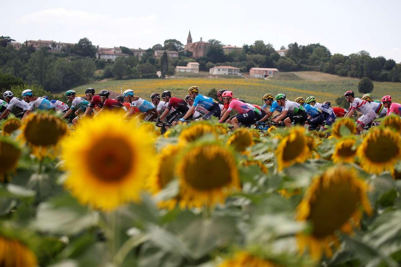 Κανείς δεν βλέπει κανέναν: στον δρόμο προς την Τουλούζη οι προσηλωμένοι στο σπορ τους ποδηλάτες ανταμώνουν με τους αδιάφορους για τον «γύρο της Γαλλίας» ηλίανθους